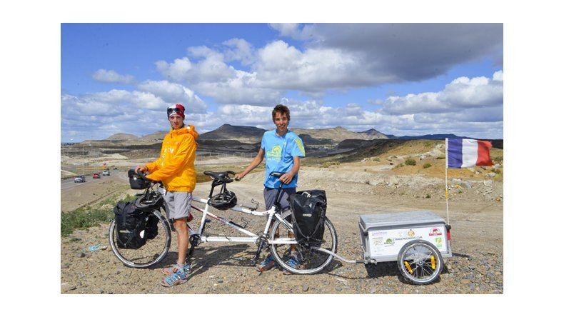 Dos amigos franceses  pedalean por un sueño