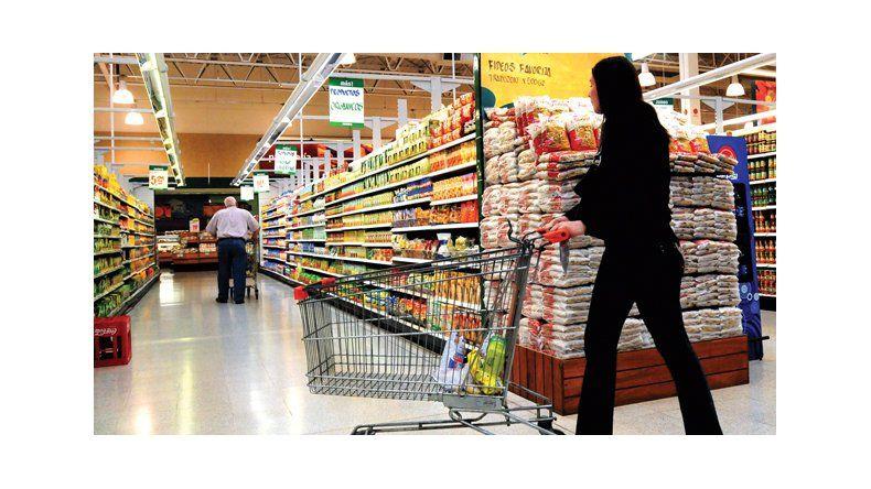 Empleados de comercio en alerta por despidos en supermercados