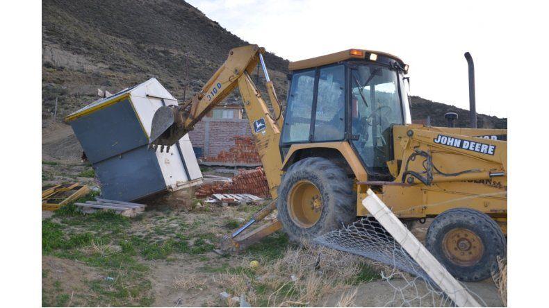 Derrumbaron construcciones en un asentamiento ilegal de Km 3