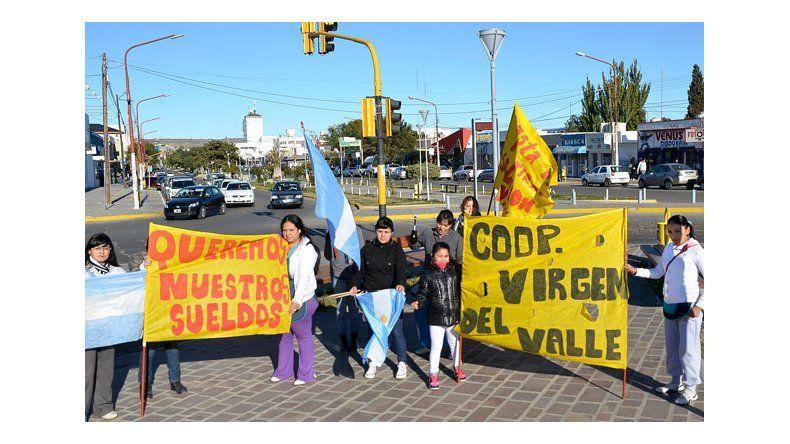 Puericultoras, vigiladores y porteras reclaman pago de sueldos a provincia