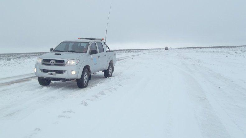 Las rutas al norte y oeste de Comodoro presentaban nieve ayer en Pampa Salamanca y Pampa del Castillo.