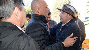 El gobernador Martín Buzzi dialoga con Ambrosio Marino, ciudadano que presentó la denuncia.