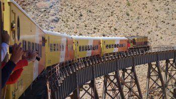 El recorrido del tren tarda alrededor de 16 horas, Atraviesa 29 puentes, 21 túneles, y 13 viaductos.
