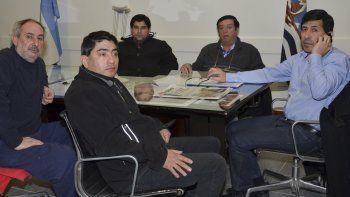 El concejal Manuel Aybar -derecha-, a cargo de la Intendencia, recibió ayer a dirigentes de la UTA y delegados de los trabajadores de Autobuses Caleta Olivia.