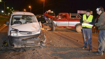 El triple choque en la zona del Chalet Huergo causó anoche serios inconvenientes vehiculares.
