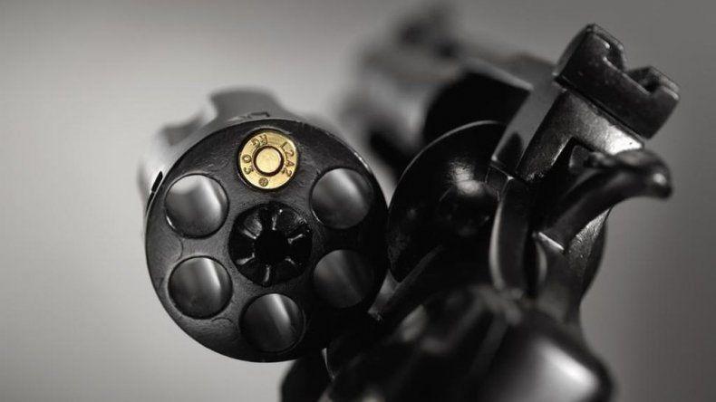 Investigan a policía por un robo a mano armada