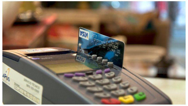 Bajaron los pagos con débito y se desplomaron la ventas en cuotas