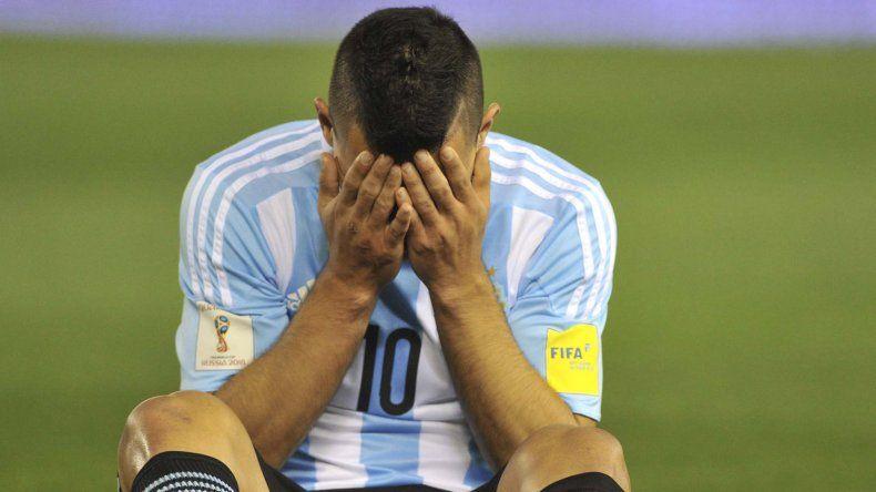 El delantero Sergio Agüero es otra de las bajas que tiene la selección argentina.