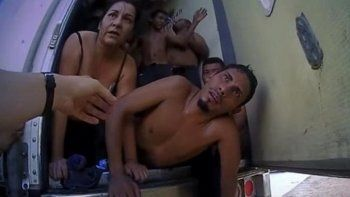 Dramático rescate de inmigrantes apilados en un camión