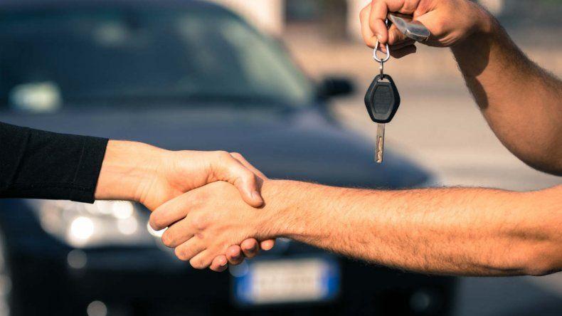 La venta de autos usados cayó casi 14% en abril