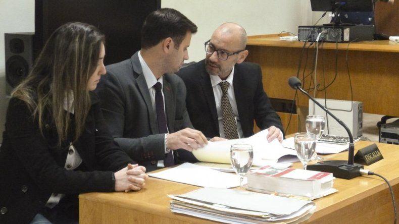 Carolina Gayá junto a su abogado Sergio Romero y al fiscal Adrián Cabral.