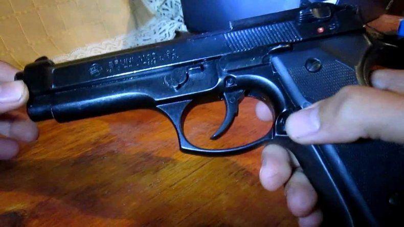 Quiso desarmar un revólver para sacarse una selfie y mató a su amiga