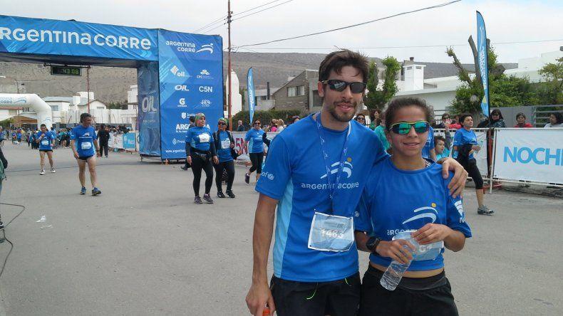 La joven triatleta Moira Miranda –junto a su entrenador Nicolás Serer– cerró un tercer puesto en la general de 10k.