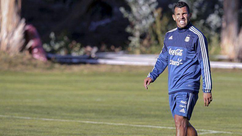 La rodilla izquierda de Carlos Tevez preocupa al cuerpo técnico de la selección argentina.