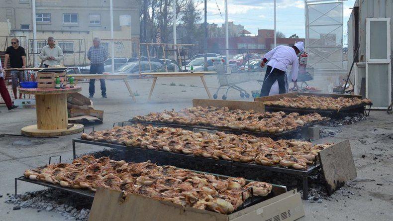 El trabajo de los solidarios cocineros ayer en el playón del gimnasio del club Gimnasia y Esgrima.