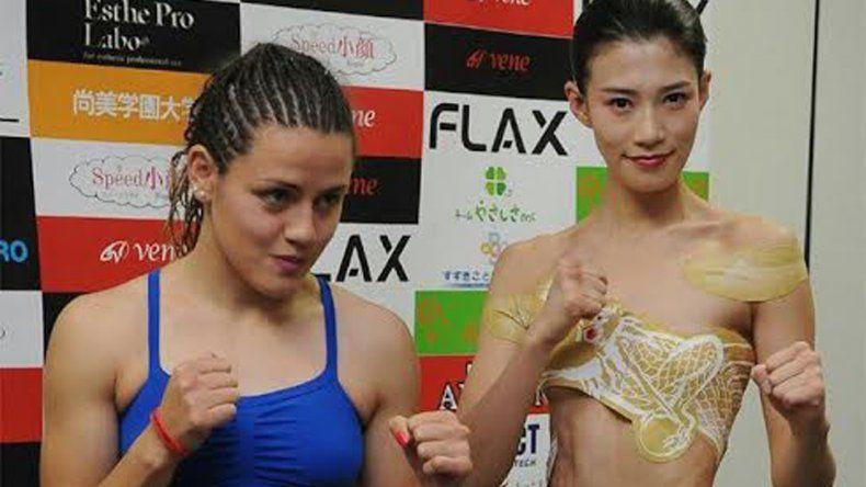 Daniela Bermúdez y Tomoni Tanako ayer durante el pesaje que se realizó en la capital japonesa.