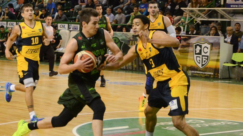 Leonel Schattmann con el balón marcado por Manuel Atkins en el partido jugado anoche en el Socios.