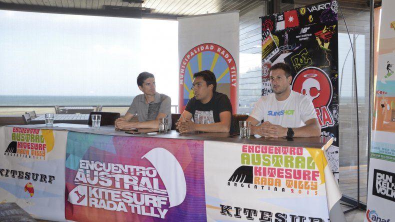 {altText(Jorge Mérida, Mariano Puricelli y Sebastián Cardozo presentaron el Austral de kitesurf en el Parador #in de Rada Tilly.,Se espera a unos 150 navegantes para el Encuentro Austral de Kitesurf)}