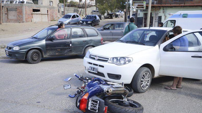 La moto de Martín Cejas quedó debajo del auto que intentaba cruzar desde la avenida Rivadavia hacia Los Perales.
