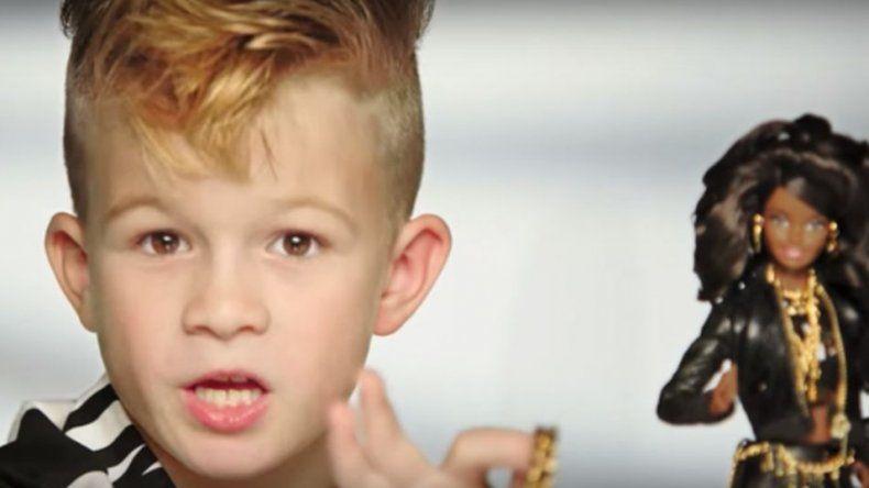 Un nene protagoniza la publicidad de Barbie