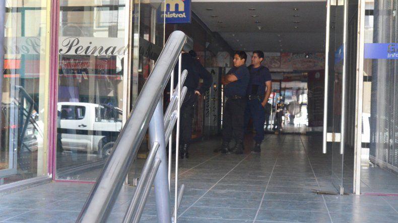 Los delincuentes aprovecharon para robar una tienda de ropa en medio de las elecciones.