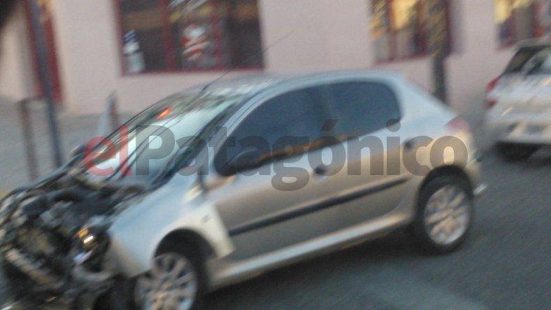 Estaba borracho, pasó el semáforo en rojo y chocó contra una camioneta