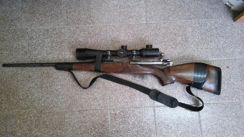 El rifle con el que los cazadores hacían blanco tenía una mira telescópica encintada.