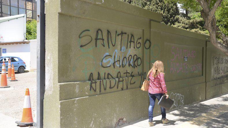 En las paredes del edificio municipal y sectores aledaños aparecieron las pintadas contra José Santiago.