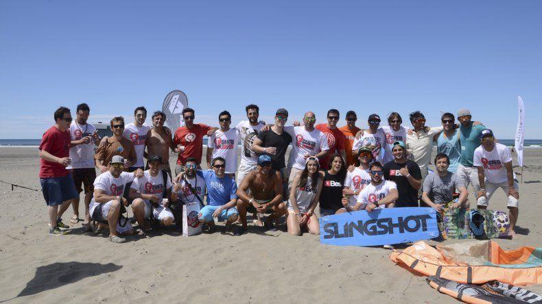 El grupo de riders posó para El Patagónico luego de las acreditaciones y antes de ingresar al mar.