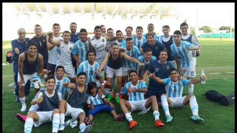 Los chicos argentinos posan orgullosos tras terminar con puntaje ideal el grupo clasificatorio A del Sudamericano.