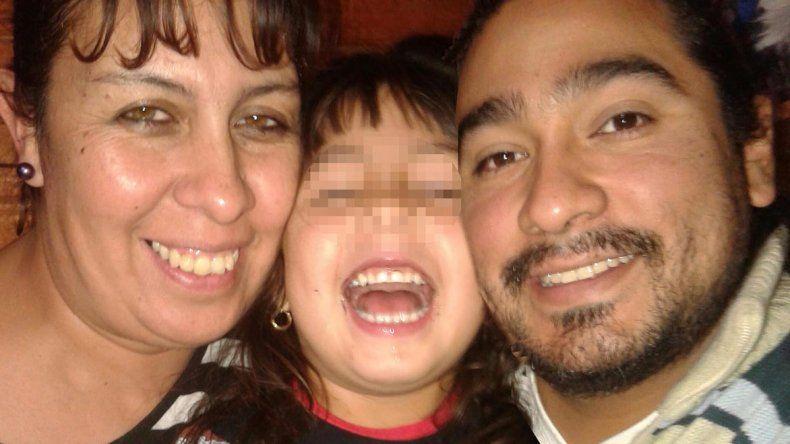 Hugo Yapura junto a Milagros y su mujer Brenda. Sobrevivió a cuatro balazos en su cuerpo en pleno asalto. Hoy el video del robo se expone en cursos de capacitación para la Policía de Chubut.
