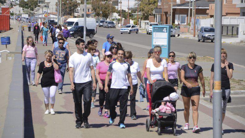 La caminata desarrollada ayer en Rada Tilly por iniciativa conjunta de las áreas de Salud de esa localidad y de Comodoro Rivadavia.