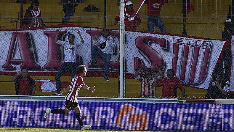 Gastón Fernández marca el gol de la victoria pincharrata ayer en Bahía Blanca.