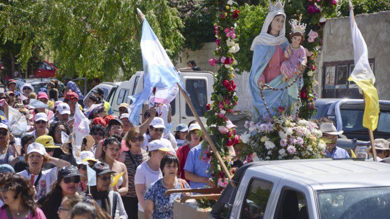 Los fieles de la Virgen del Rosario de San Nicolás acompañaron el recorrido de la madre de Jesús por las calles comodorenses.