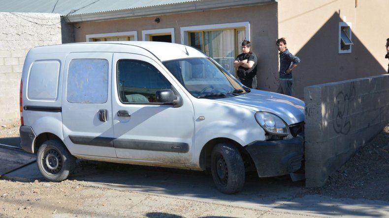La Renault Kangoo embistió un nicho de gas y terminó su marcha contra el paredón de una vivienda del barrio Rotary 23.