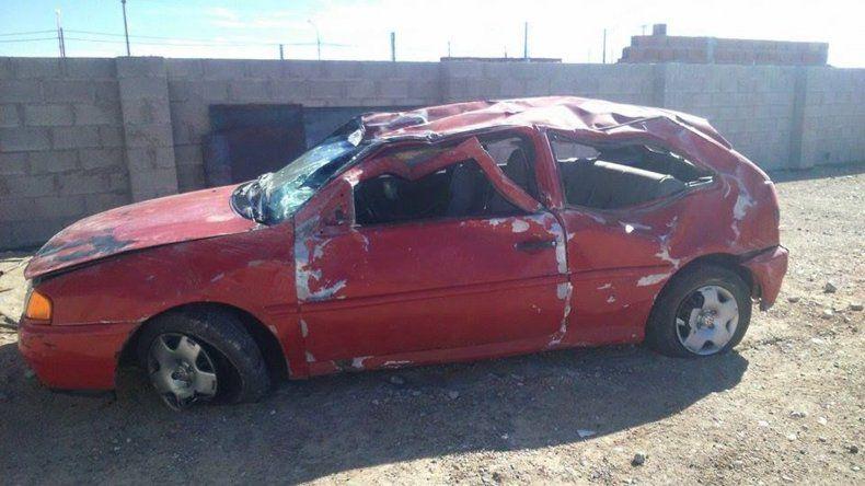 El Volkswagen Gol de color rojo quedó seriamente dañado y tras la realización de las pericias fue depositado en el Corralón de Tránsito. Foto: Freddy Paez.
