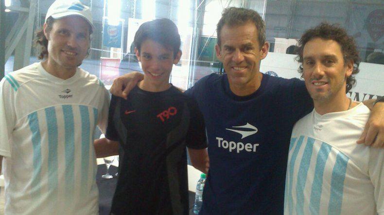 Mateo Eschoyez -segundo desde la izq- junto a Daniel Orsanic y parte del equipo nacional que vino a dar la clínica.