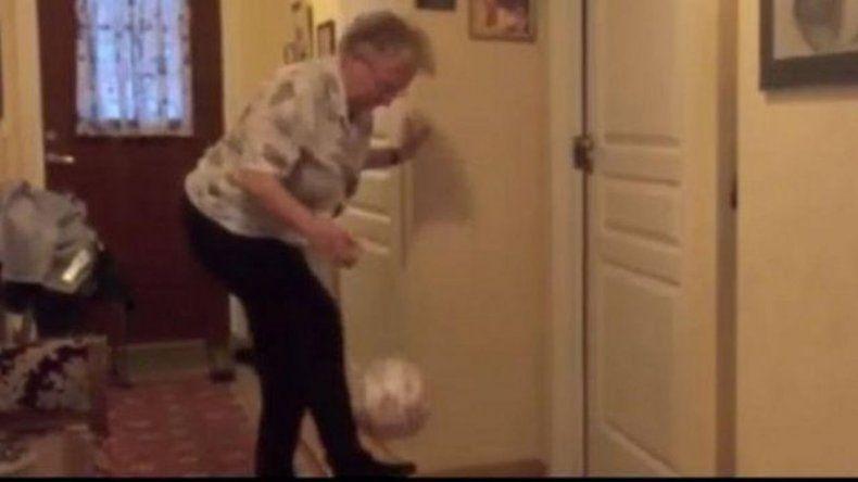 Una abuela de 90 años y su asombrosa habilidad con la pelota