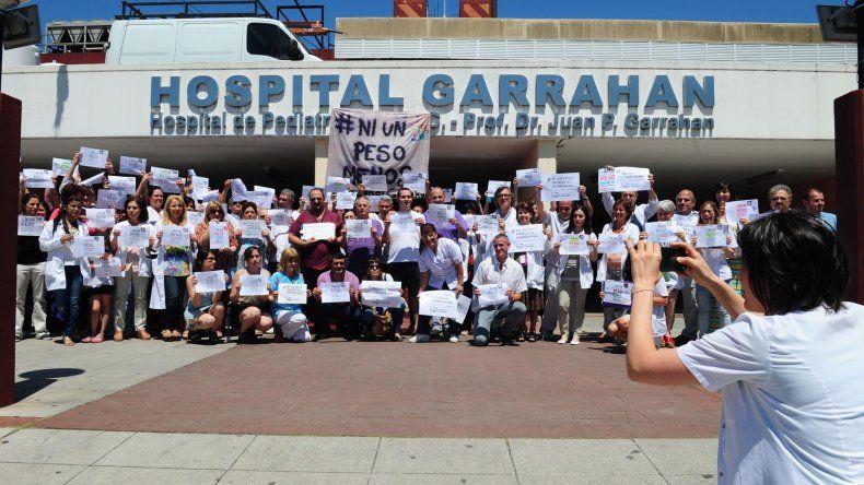 Protesta con cartelazo de los trabajadores del Hospital Garrahan.