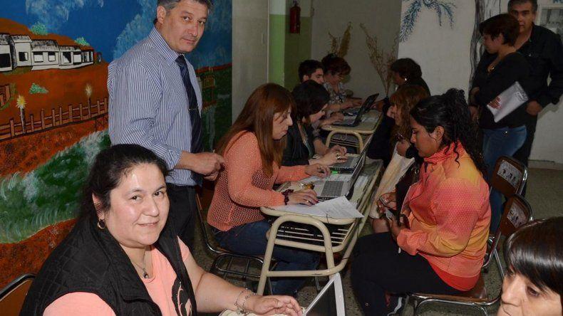 El coordinador Santiago Suárez supervisó las inscripciones a nivel secundario que se desarrollaron en la Escuela Primaria Nº 14 de Caleta Olivia.