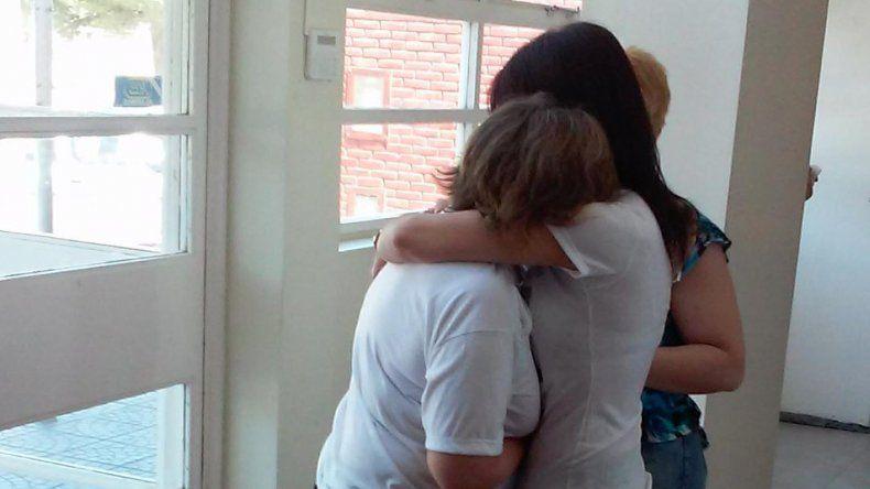Las hermanas de Marisa Santos se abrazan tras brindar testimonio en el juicio.