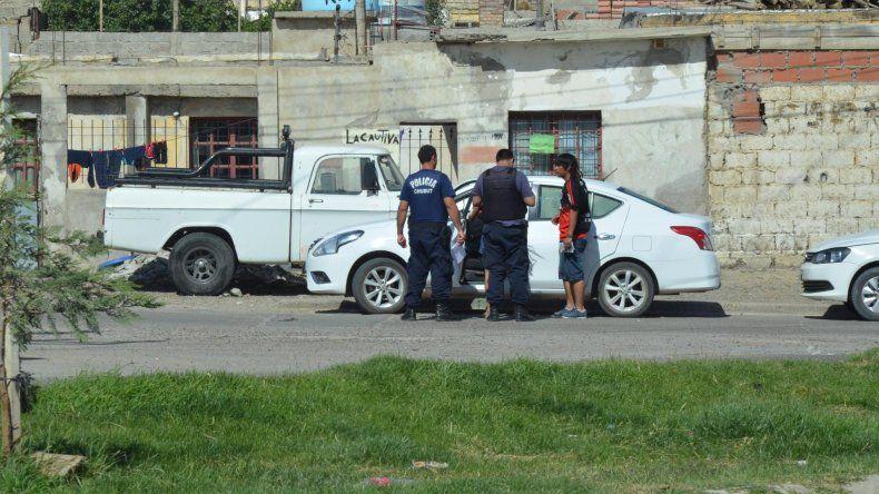 La policía toma testimonio a la conductora del Nissan que salvó su vida de milagro tras el tiroteo en el Quirno Costa.
