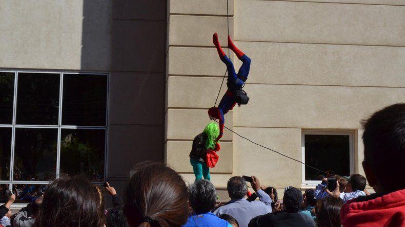 Spider Man se sumó a los festejos de la policía
