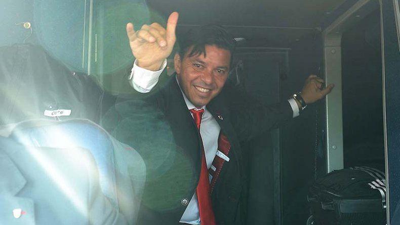 Marcelo Gallardo saluda a la gente antes de emprender el viaje en avión hacia Japón.