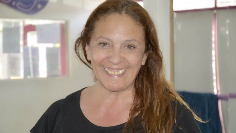 Alicia Kalambucas prepara a las once candidatas que protagonizarán la nueva elección de la Reina Nacional del Petróleo.