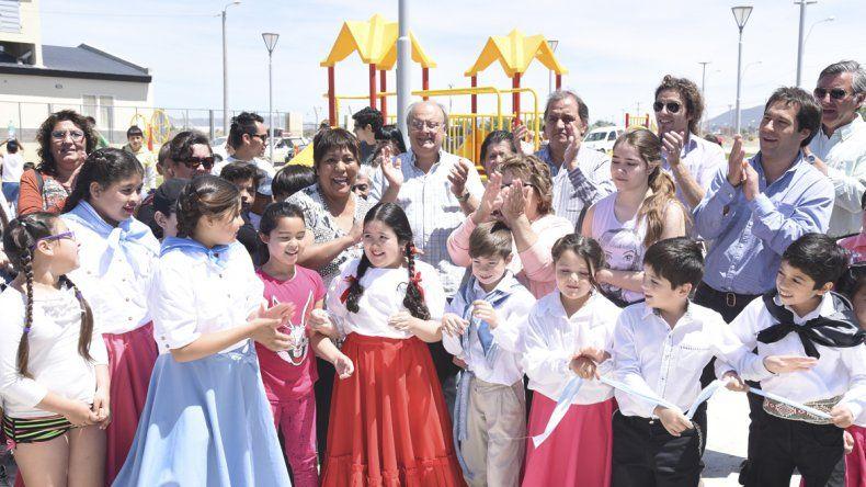 Habitantes de Restinga Alí y autoridades municipales dejaron habilitada la plaza con un número musical realizado por el taller de folclore del barrio.
