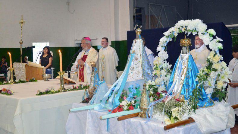 Los fieles comodorenses de la Virgen María marcharon en procesión por Laprida