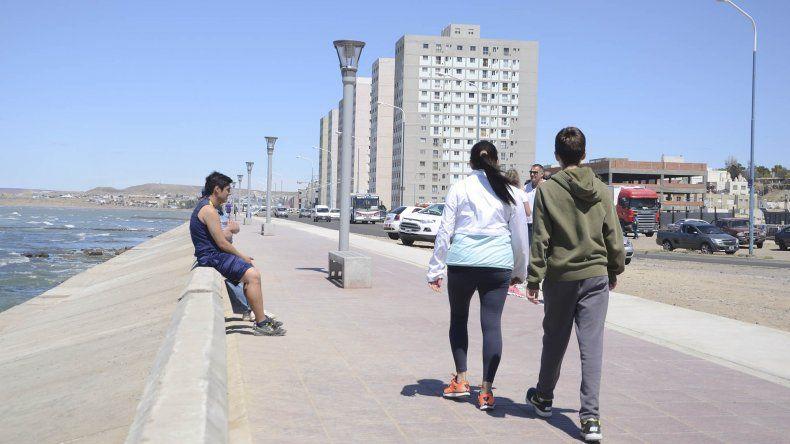 El paseo costero es utilizado a diario por centenares de comodorenses para pasear o realizar actividades deportivas.