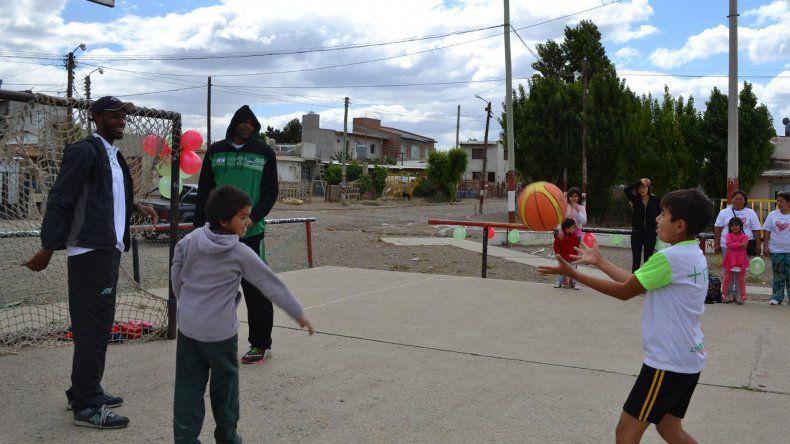 Rembert y Clancy en pleno juego con los niños.
