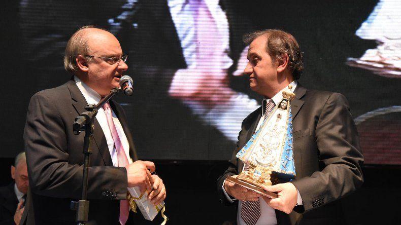 Carlos Linares recibe una serie de regalos de Néstor Di Pierro. Es muy difícil que me vean con un saco y una corbata
